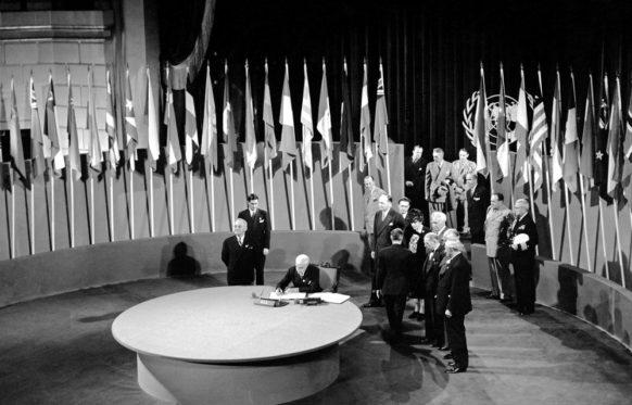 E. R. Stettinius Jr., secrétaire d'État américain sous H. Truman, signe la Charte des Nations unies. Photo : ONU/Yould